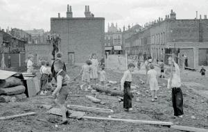 Le terrain d' aventure Lollard, sur le site d'une école bombardée, à Londres.