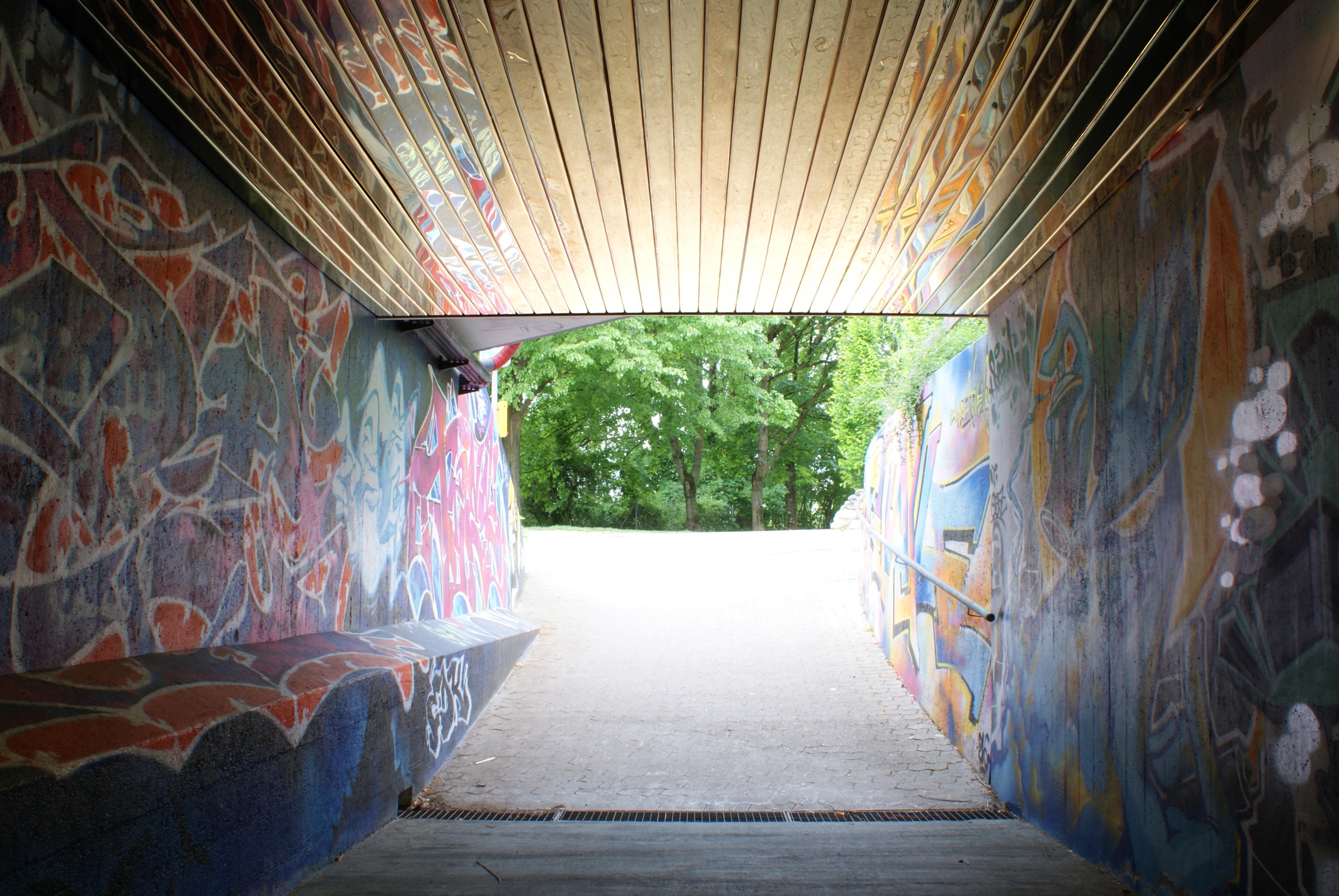 Un passage souterrain doté d'un plafond doré. Installation réalisée par les étudiants