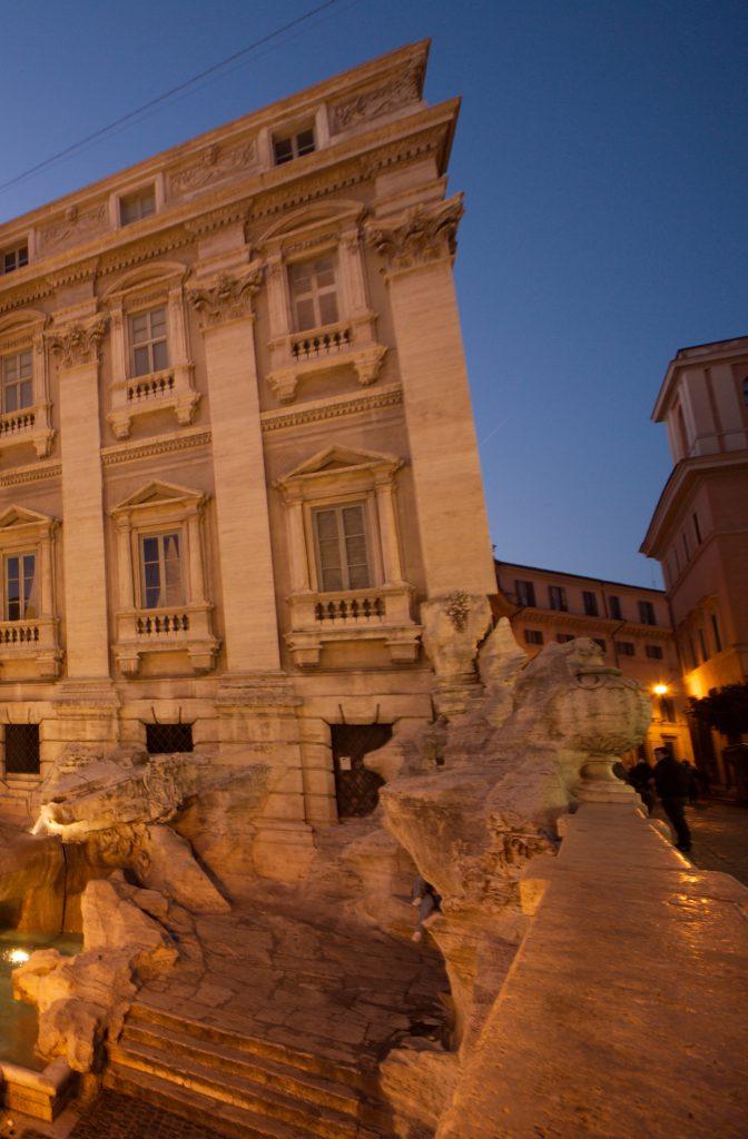 L'intégration de la roche de la fontaine de Trevi à la façade du bâtiment qui se trouve en arrière plan est caractéristique du conception baroque d'une victoire de l'homme sur la nature.