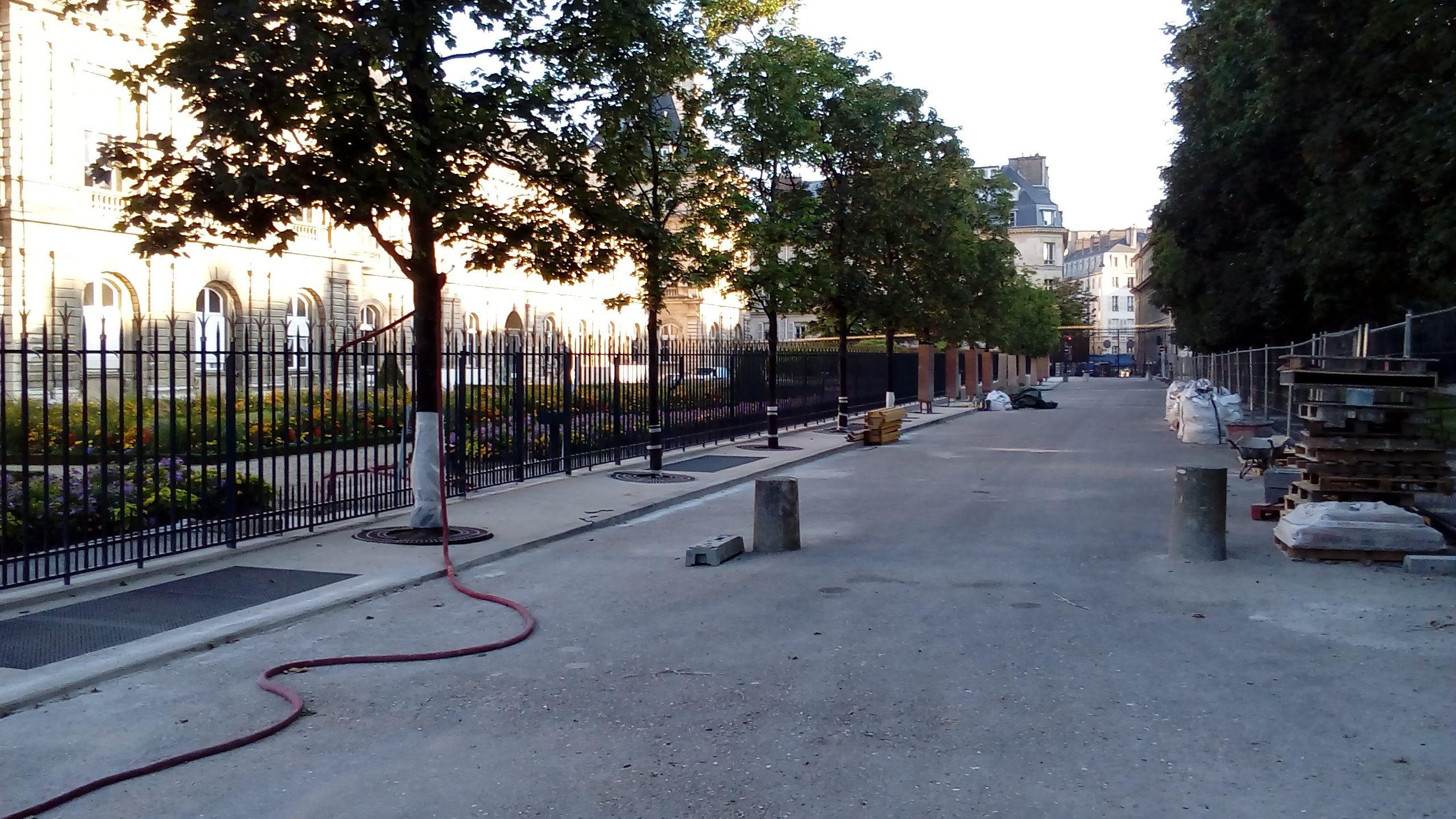 L'architecture de la peur: haute de 80 cm, la grille du Senat dans l'enceinte du jardin du Luxembourg, à Paris, a été remplacée par une grille infranchissable.