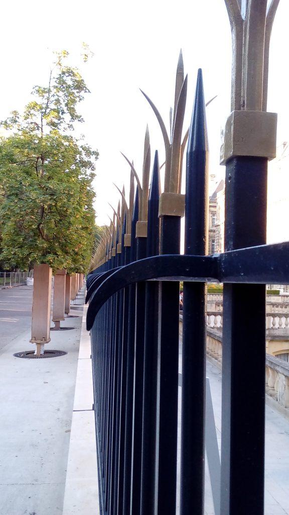 La nouvelle barrière met fin à l'ouverture exceptionnelle du Sénat sur un parc public.