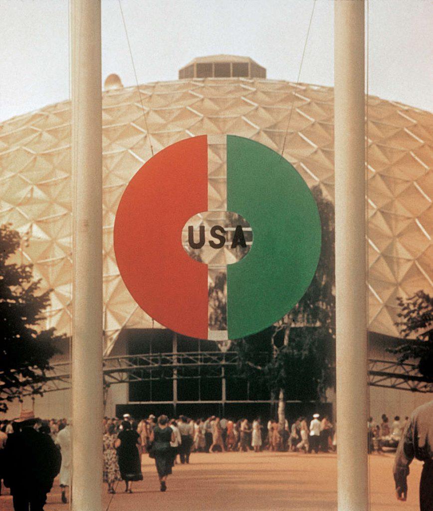 L'entrée du pavillon de Buckminster Fuller.