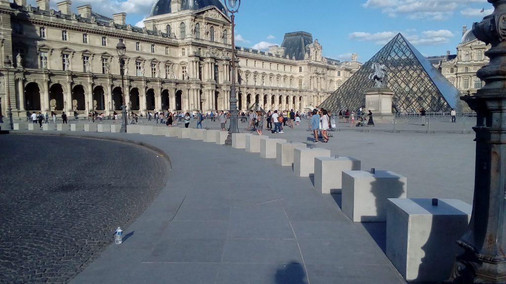 Le parvis du Louvre, à Paris, vient d'être équipé d'un dispositif anti voiture-bélier : des cubes en béton coulés à la hâte, disposés de façon à empêcher un attentat comme celui de Nice.