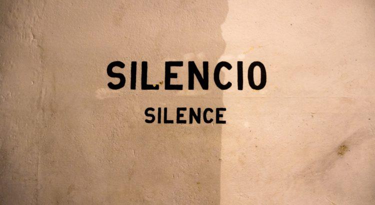 "mur avec écrit ""silence"""