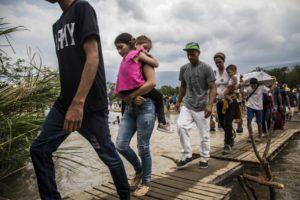 Des réfugiés et des migrants vénézuéliens traversent la frontière pour se rendre à Cucuta, en Colombie. © HCR/Vincent Tremeau