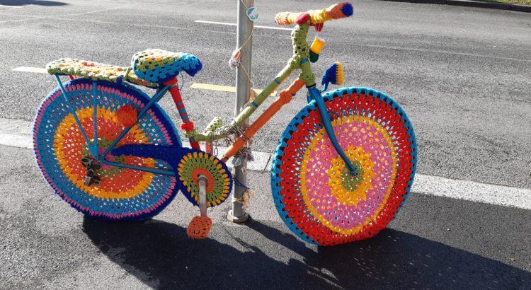 Vélo et tricot font parfois bon ménage (ici à Lausanne, av. de la Harpe)