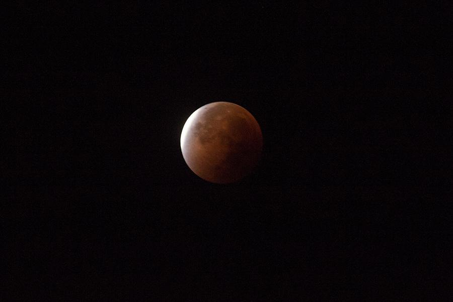 La pleine lune entre dans l'ombre de la terre