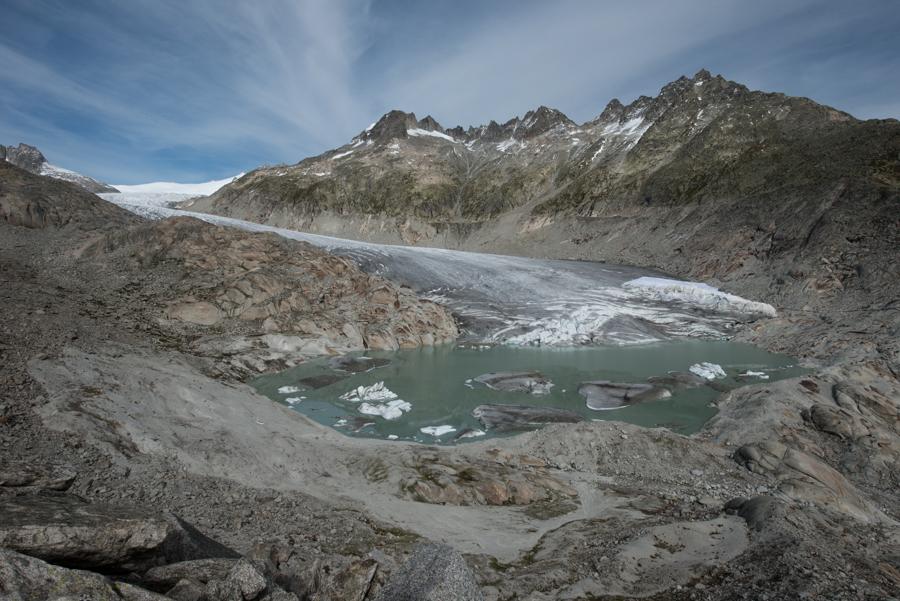 La langue du glacier du Rhône fait place à un lac profond enserré dans un verrou rocheux