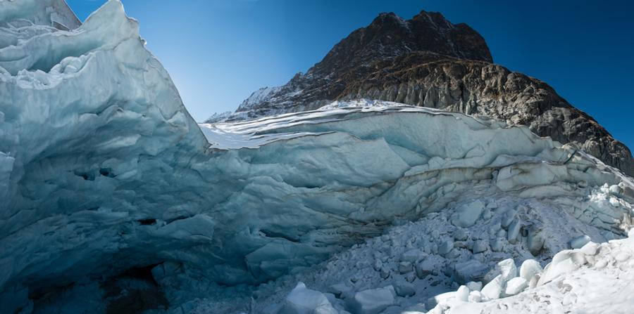 Dominé par les tuyaux d'orgue de la moraine et par le Mont-Miné, le glacier de Ferpècle s'effondre sur lui-même