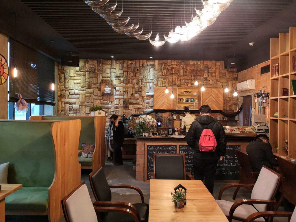 Dans ce café, la propiétaire est derrière le bar et prépare les délicieuses boissons chaudes.