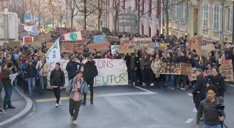 Les jeunes en grève pour le climat dans les rues de Lausanne