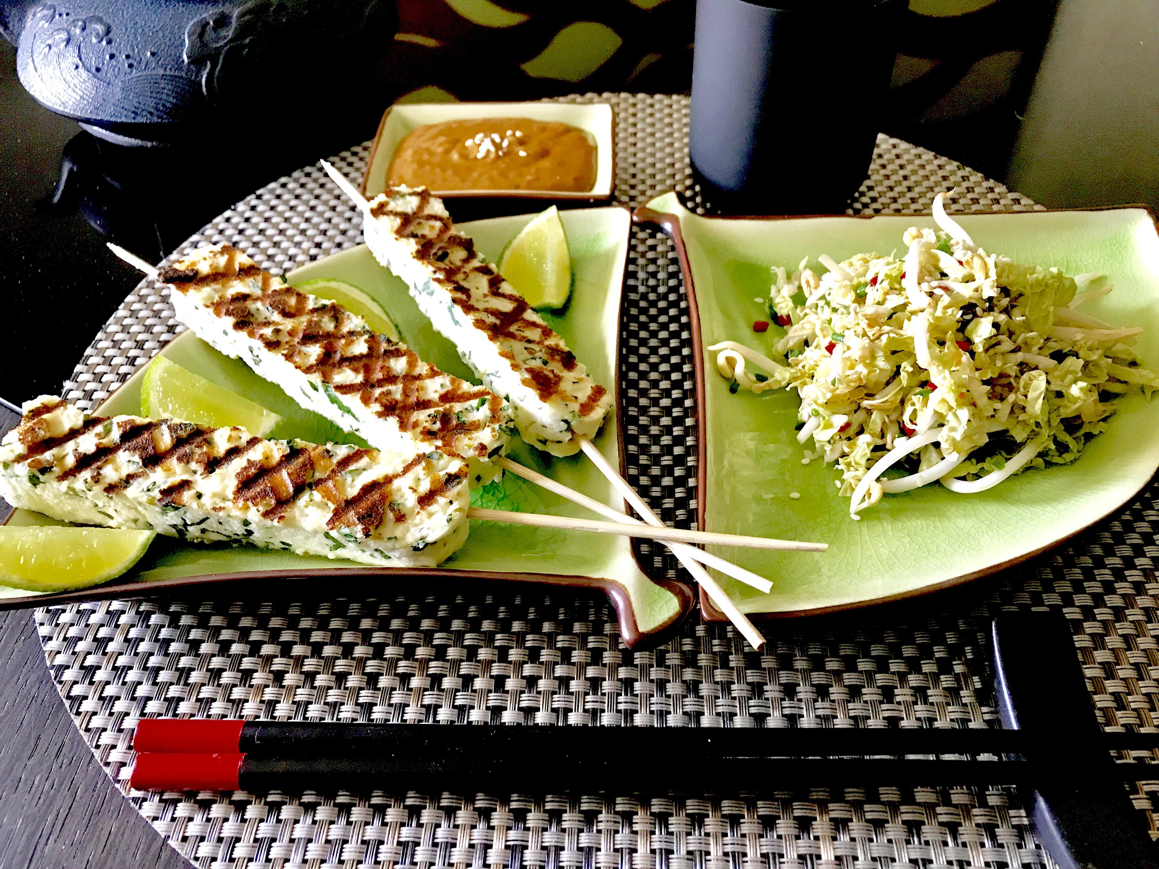 Paneer au citron vert, sauce satay et salade de choux chinois