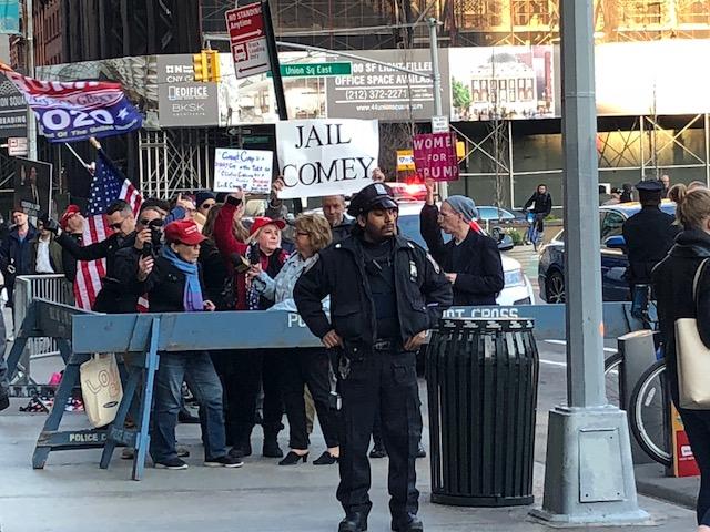 James Comey et ses six détracteurs à pancartes à New York